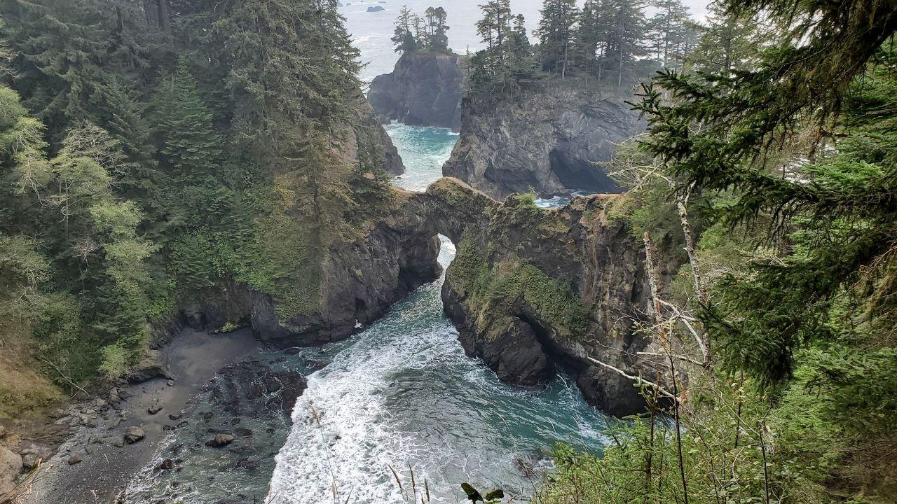 hike down to natural bridges oregon coast